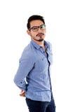 Hombre hispánico joven con la camisa y los vidrios azules Imagenes de archivo