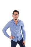 Hombre hispánico joven con la camisa y los vidrios azules Fotos de archivo