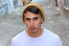 Hombre hispánico joven de la cadera al aire libre Imagen de archivo