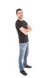 Hombre hispánico joven que presenta con los brazos cruzados Fotografía de archivo