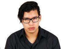Hombre hispánico joven serio con los vidrios Fotografía de archivo libre de regalías