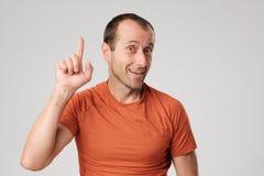 Hombre hispánico maduro que muestra el dedo índice ascendente Imagen de archivo libre de regalías