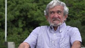 Hombre hispánico mayor mayor enojado infeliz metrajes