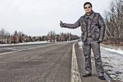 Hombre hispánico que hace autostop en Canadá Fotos de archivo