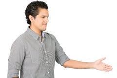Hombre hispánico sonriente de ofrecimiento del apretón de manos lado ausente Imagen de archivo libre de regalías