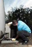 Hombre hispánico de la reparación de sistema de aire acondicionado Imagen de archivo libre de regalías