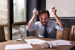 Hombre histérico enojado que tiene un ataque de nervios Fotos de archivo libres de regalías