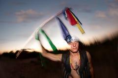 Hombre indígena con el poste ceremonial Foto de archivo libre de regalías