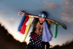Hombre indígena con el poste ceremonial Fotos de archivo libres de regalías