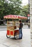 Hombre indefinido con el carro del simit, Estambul, Turquía imagen de archivo libre de regalías