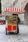 Hombre indefinido con el carro del simit, Estambul, Turquía fotografía de archivo