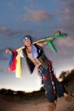 Hombre indígena con el poste ceremonial Imagen de archivo