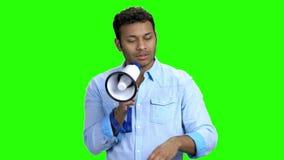 Hombre indio con el megáfono en la pantalla verde metrajes
