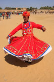 Hombre indio en el baile tradicional del vestido en el festival del desierto, Jais Foto de archivo