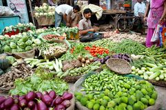 Hombre indio en su tienda vegetal Imagen de archivo