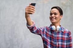 Hombre indio hermoso joven contra el muro de cemento en las calles o Fotografía de archivo libre de regalías