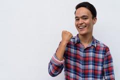 Hombre indio hermoso joven contra la pared blanca en el outd de las calles Fotografía de archivo