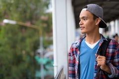 Hombre indio hermoso joven que explora la ciudad de Bangkok, Thailan Foto de archivo libre de regalías