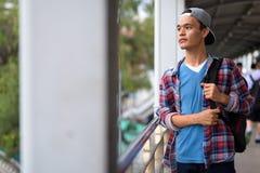 Hombre indio hermoso joven que explora la ciudad de Bangkok, Thailan Imágenes de archivo libres de regalías