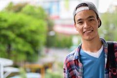 Hombre indio hermoso joven que explora la ciudad de Bangkok, Thailan Imagen de archivo