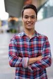 Hombre indio hermoso joven que explora la ciudad de Bangkok, Thailan Fotos de archivo libres de regalías