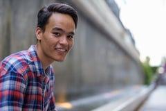 Hombre indio hermoso joven que explora la ciudad de Bangkok, Thailan Fotografía de archivo
