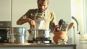 Hombre indio joven que prepara el almuerzo en la cocina metrajes