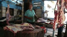 Hombre indio que afila el cuchillo en una carnicería en Bombay almacen de metraje de vídeo