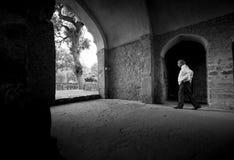 Hombre indio que camina en Qutub Minar Imagenes de archivo