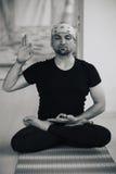 Hombre indio que hace práctica de la yoga dentro, postura completa de la meditación del loto Foto de archivo