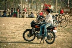 Hombre indio que se sienta en la moto Foto de archivo libre de regalías