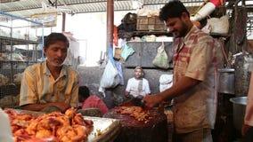 Hombre indio que taja la carne en la carnicería en Bombay almacen de metraje de vídeo
