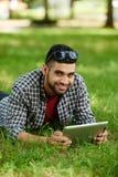 Hombre indio que toma resto en el parque fotografía de archivo libre de regalías