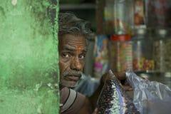 Hombre indio típico en una tienda Imagenes de archivo