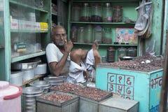 Hombre indio típico en una tienda Fotos de archivo libres de regalías