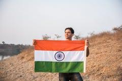 Hombre indio y bandera india fotografía de archivo libre de regalías