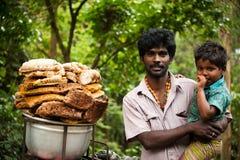Hombre indio y su hijo que venden la miel salvaje Kerala, la India Imagen de archivo libre de regalías