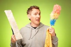 Hombre infeliz limpiar la casa Imágenes de archivo libres de regalías