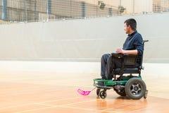 Hombre inhabilitado en una silla de ruedas el?ctrica que juega los deportes, hockey del powerchair IWAS - Silla de ruedas y amput fotografía de archivo libre de regalías