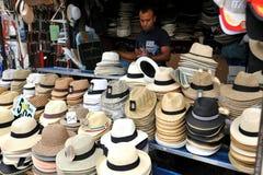 Hombre inmigrante en Italia que vende las bufandas en Florencia Fotografía de archivo