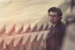 Hombre intelectual con las lentes al aire libre Colores retros Foto de archivo libre de regalías