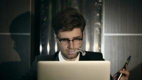 Hombre inteligente joven que fuma un cigarrillo electrónico dentro metrajes