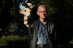 hombre inteligente Viejo-envejecido en vidrios, parque en ciudad Fotos de archivo