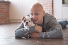 Hombre intrépido hermoso con el dogo del inglés del perrito Imágenes de archivo libres de regalías