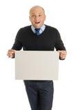 Hombre intrépido que lleva a cabo a un tablero en blanco Imagen de archivo libre de regalías