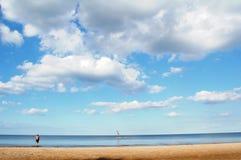 Hombre inválido en la playa Fotografía de archivo
