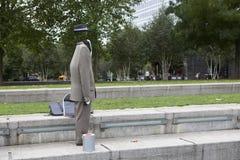 Hombre invisible, actor en la orilla sur del Támesis Imágenes de archivo libres de regalías