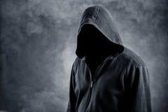 Hombre invisible en el capo motor imagen de archivo