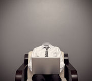 Hombre invisible que trabaja con el ordenador portátil imagen de archivo libre de regalías