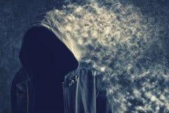 Hombre irreconocible anónimo que desaparece en el polvo Foto de archivo